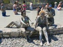 Люди наслаждаясь имеющ ванну грязи Стоковые Изображения RF