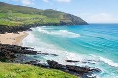 Люди наслаждаясь ирландским летним днем в расстоянии на пляже на западе Стоковые Фотографии RF