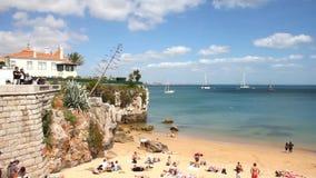 Люди наслаждаясь летним днем в Прая da Rainha пляжа, Cascais, Португалии видеоматериал