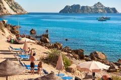 Люди наслаждаясь летом на пляже Hort ` Cala d ibiza Испания Стоковая Фотография RF