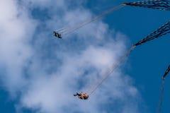 Люди наслаждаясь летчиком звезды Орландо Езда качания «мира самая высокорослая стоя на 450 футах в международной зоне привода стоковые изображения rf
