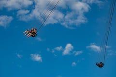 Люди наслаждаясь летчиком звезды Орландо Езда качания «мира самая высокорослая стоя на 450 футах в международной зоне привода стоковое фото rf