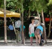 Люди наслаждаясь на пляже песка стоковая фотография