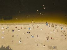 Люди наслаждаясь пляжем и плавая стоковое фото