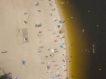 Люди наслаждаясь пляжем и плавая стоковое изображение rf