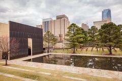 Люди наслаждаясь посещением к мемориалу OKC взрывая Стоковые Фотографии RF
