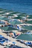 Люди наслаждаясь солнцем и морем на море и Pebble Beach бирюзы Kemer, Турция Стоковое Изображение