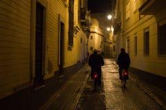 Люди на велосипедах в Севилье на ноче, Испании Стоковая Фотография