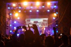 Люди на видео или фото стрельбы концерта стоковые изображения