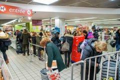 Люди на входе к магазину стоковое изображение rf