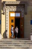 Люди на входе к месту избирательного участка в здании университета Избрание президента Украины стоковая фотография rf