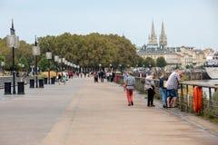Люди на день воскресенья на Quai Луис XVIII в Бордо, Франции стоковое изображение