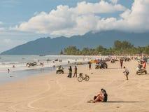 Люди на заходе солнца пляжа ждать на пляже Cenang, Langkawi Стоковое Фото