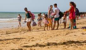 Люди на известном пляже Olhos de Agua стоковая фотография rf