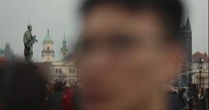 Люди на Карловом мосте в Праге против фона башни с часами, Прага промежутка времени, 2017 акции видеоматериалы
