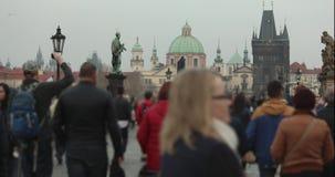 Люди на Карловом мосте в Праге против фона башни с часами, Прага промежутка времени, 2017 сток-видео
