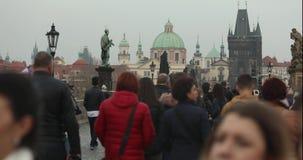 Люди на Карловом мосте в Праге против фона башни с часами, Прага промежутка времени, 2017 видеоматериал