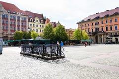 Люди на квадратном Plac Solny в городе Wroclaw стоковая фотография