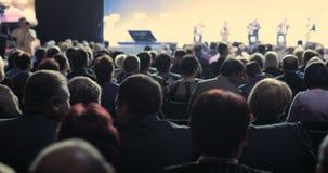 Люди на конференции или представлении, мастерской, мастерском фотоснимке класса задний взгляд сток-видео