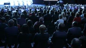 Люди на конференции или представлении, мастерской, мастерском фотоснимке класса задний взгляд акции видеоматериалы