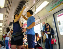 Люди на метро в Сингапуре стоковые изображения rf
