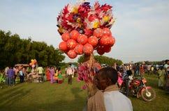 Люди на племенной ярмарке стоковые фото