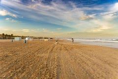 Люди на пляже Валенсия Malvarrosa Ла, Испании стоковое фото