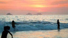 Люди на пляже в Бразилии сток-видео