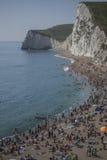 Люди на пляже и белых скалах - двери Durdle, Англии Стоковое Изображение RF