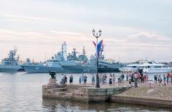 Люди на пристани в Kronstadt Взгляд собора Андрюа апостола Россия Стоковая Фотография RF