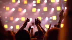 Люди на рок-концерте акции видеоматериалы