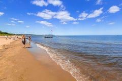 Люди на солнечном пляже Балтийского моря в Sopot, Польше стоковая фотография