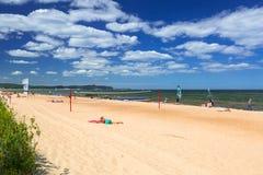 Люди на солнечном пляже Балтийского моря в Sopot, Польше стоковое фото