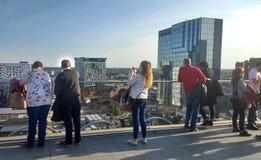 Люди на террасе на крыше библиотеки Бирмингема, Англии Стоковые Фотографии RF