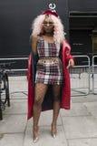 Люди на улице во время недели моды Лондона стоковые фотографии rf