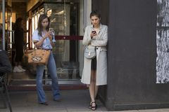 Люди на улице во время недели моды Лондона стоковая фотография