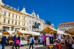 Люди на уличном рынке на главной площади Загреба в красивом предыдущем весеннем дне стоковое фото