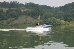 Люди на шлюпке в озере горы во время летних каникулов в Pchelina, †«9-ое июля 2006 Болгарии Люди на яхте в воде стоковая фотография rf