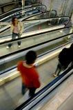 Люди на эскалаторах Стоковые Фотографии RF