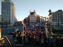 Люди на crosswalk, Дублин стоковые фото