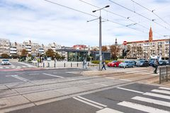 Люди на Plac Nowy Targ придают квадратную форму в городе Wroclaw стоковое изображение