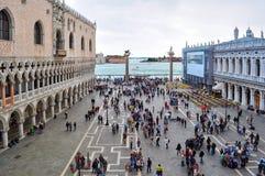 Люди на ` s St Mark придают квадратную форму аркаде Сан Marco, Венеции, Италии стоковое фото rf