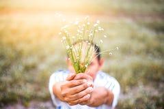 Люди нерезкости держат abeautiful букет flowe травы осени Стоковые Изображения RF