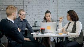 Люди обсуждая новый запуск и работая в офисе видеоматериал