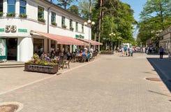 Люди ослабляя и наслаждаясь открытый бар на улице Jomas в центре Maiori в Jurmala, Латвии Стоковое Изображение