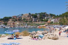 Люди ослабляя на испанском пляже Стоковые Фото