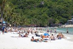 Люди отдыхают на острове Koh Phangan в Таиланде стоковое изображение rf