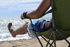 Люди отдыхая на море в табуретке стоковая фотография