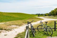 Люди отстают поход около велосипедов на парке Trashmore держателя Стоковая Фотография