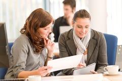 люди офиса встречи бизнес-группы Стоковое фото RF